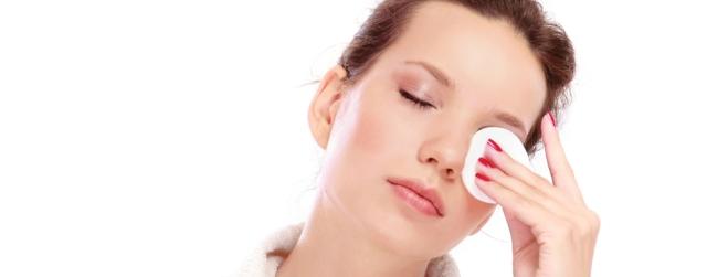 Как правильно очищать кожу вокруг глаз