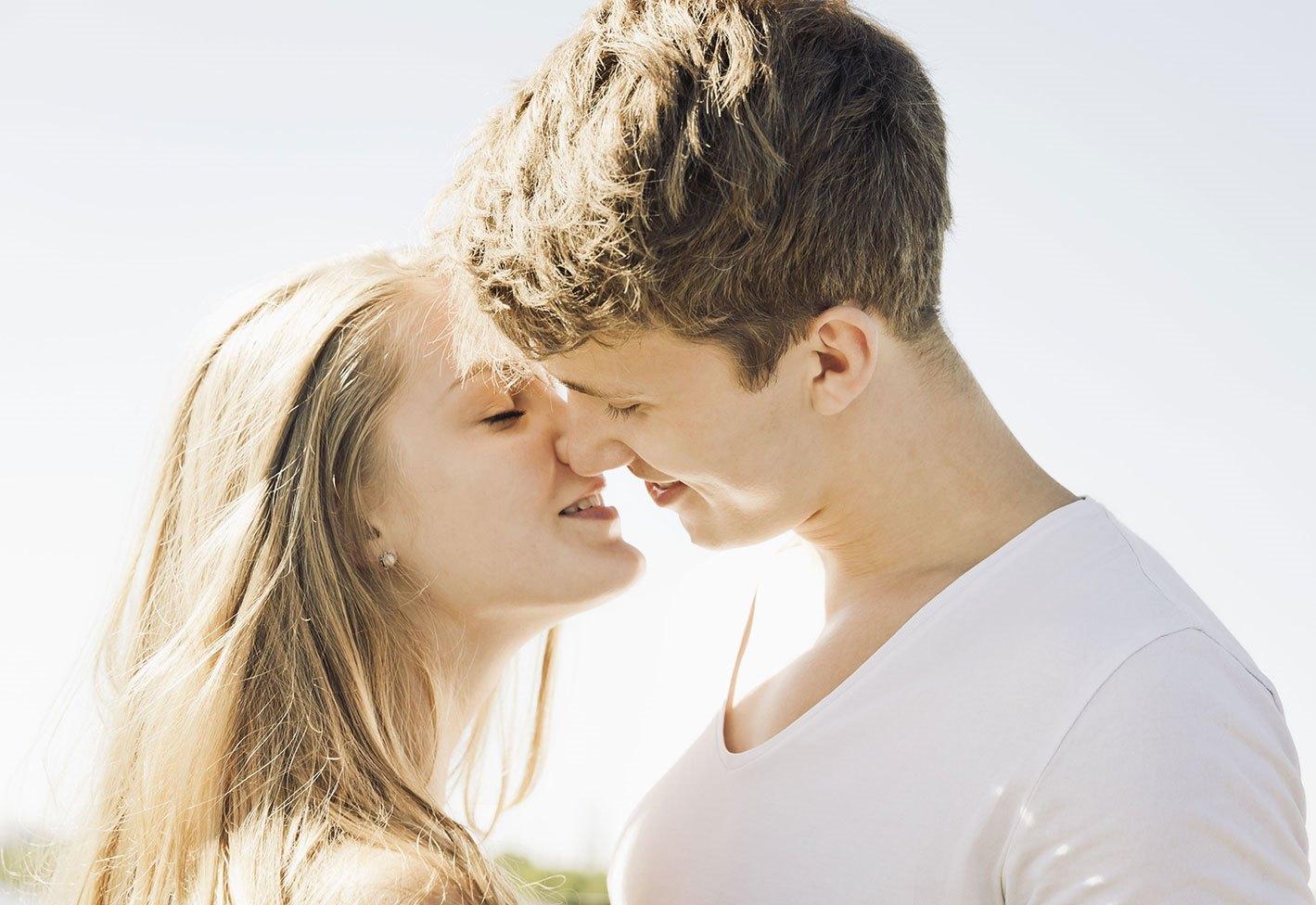 Парень целуется с открытыми глазами почему