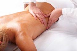 Массаж поясницы снимает накопившуюся усталость, улучшает кровообращение многих органов, в частности почек...