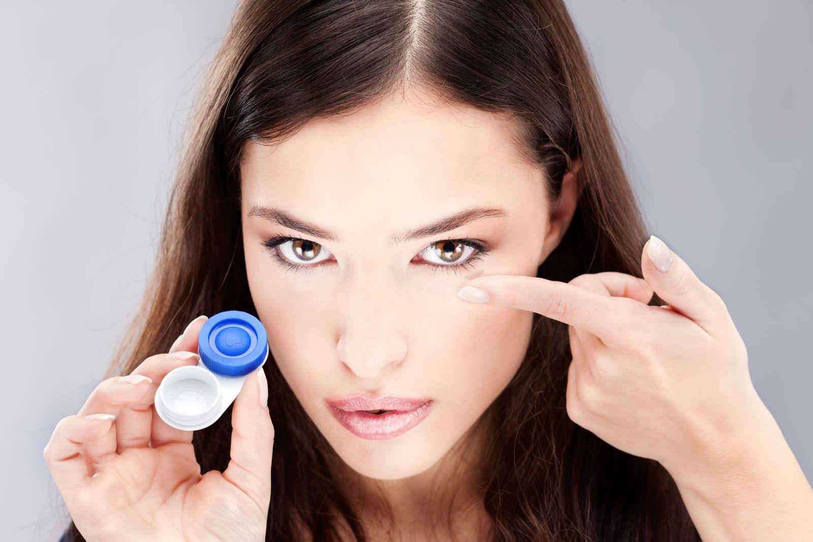 Правила ношения контактных линз летом