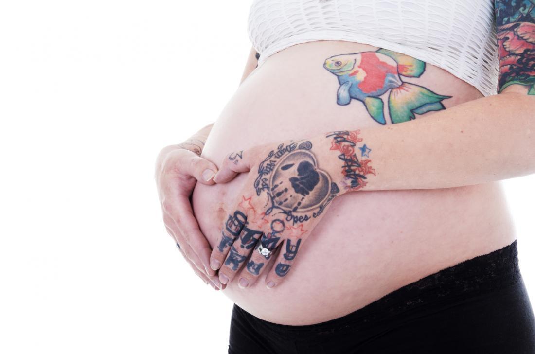 Можно ли делать татуировку во время беременности и кормления грудью?