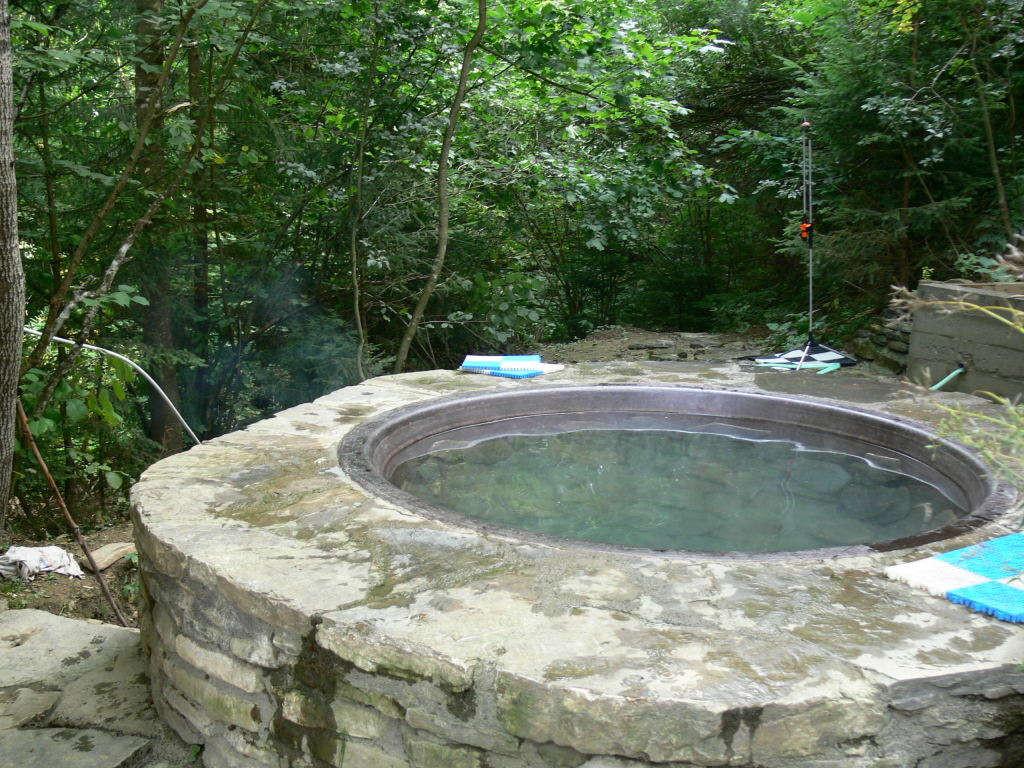 60949b133f5f Особая форма чана и его масса позволяют теплу равномерно проникать в  организм, прогревая внутренние органы. Чан заполняется минеральной водой из  природного ...