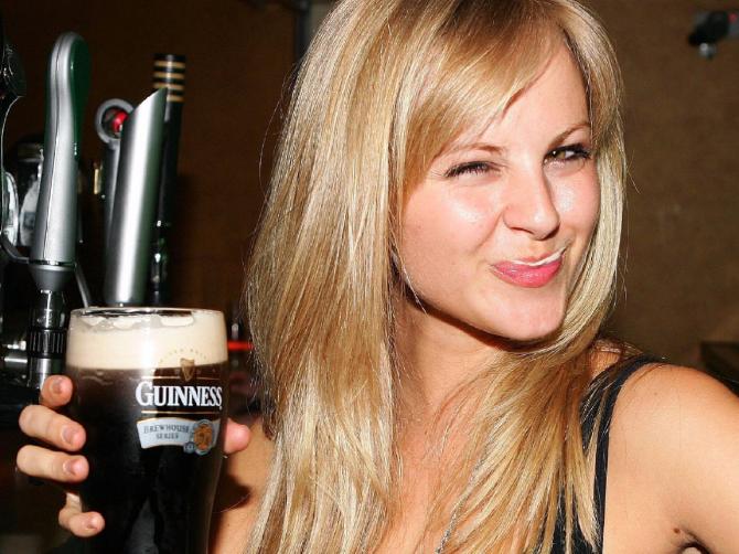 Ученые: стакан пива делает людей общительнее