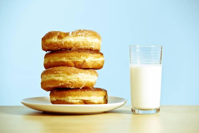 Шоколад, молоко и фаст-фуд приводят к акне
